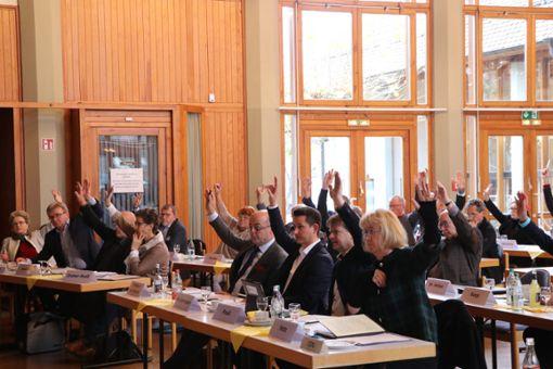 Die Versammlung des Regionalverbands Neckar-Alb hat in der Hohenzollernhalle in Bisingen einstimmig die Gründung des Zweckverbands Regional-Stadtbahn Neckar-Alb beschlossen. Foto: Kauffmann