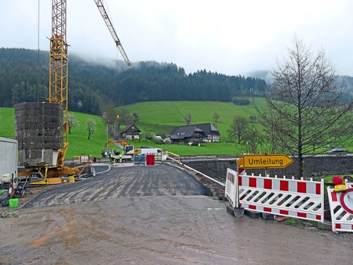 Die neue Brücke in den Gelbach soll im Mai fertiggestellt  sein, stellte Franz Doll im Gemeinderat in Aussicht.   Foto: Haas Foto: Schwarzwälder Bote