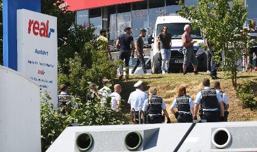 Nach der tödlichen Auseinandersetzung im Eingangsbereich des Real-Markts in Horb sucht die Kriminalpolizei dringend weitere Zeugen. Foto: Hopp