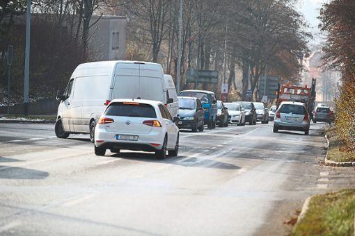 Staus sind in der Wieselsbergstraße an der Tagesordnung. Um in zwei Jahren nicht wieder ein Verkehrschaos zu verursachen,  will die Stadtverwaltung den Abschnitt bis zur Goldenbühlstraße bereits im kommenden Jahr sanieren lassen.   Foto: Eich