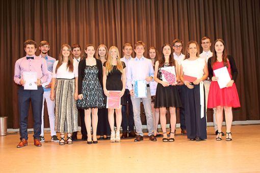 Eine ganze Reihe von Abiturienten wurde für ihre Leistungen mit Preisen bedacht.  Foto: Köncke Foto: Schwarzwälder Bote