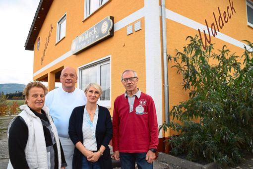 Freuen sich auf eine weiter  gute Zusammenarbeit im Schömberger TG-Sportheim Waldeck (von links): Gertrud Bendrat, Jörg und Janine Lauterjung sowie Walter Schempp.  Foto: Visel Foto: Schwarzwälder Bote