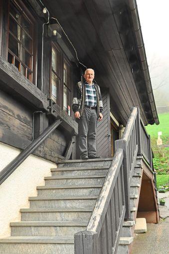 Paul Armbruster vor der Gaststätte Käppelehof, die er bis 2005 betrieb, um sie dann seinem Sohn Martin zu übergeben  Foto: Reinhard Foto: Schwarzwälder Bote