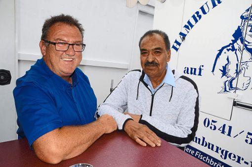 Dirk Willi Rösgen (links) mit Jagdev Singh,  der in Freudenstadt wohnt und mit dem Fischmarkt seit über 20 Jahren   mit einem Textilstand unterwegs ist. Foto: Schwarzwälder Bote