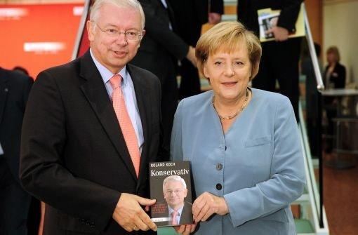 Bundeskanzlerin Angela Merkel und Roland Koch bei der Buchvorstellung des zurückgetretenen hessischen Ministerpräsidenten. Foto: dpa