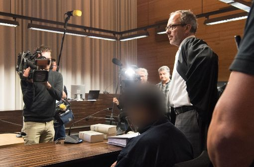 Der Angeklagte Hussein K. im Gerichtssaal neben seinem Verteidiger Sebastia Glathe. Foto: dpa