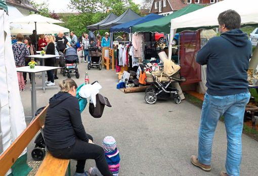 Blick auf den kleinen, gut angenommenen Flohmarkt in Neuweiler-Zwerenberg.  Foto: Rau Foto: Schwarzwälder Bote