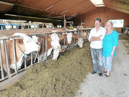 Jetzt gibts erstmal Mittagessen: Gerhard und Eva Schneider mit ihren Tieren.    Foto: Schickle