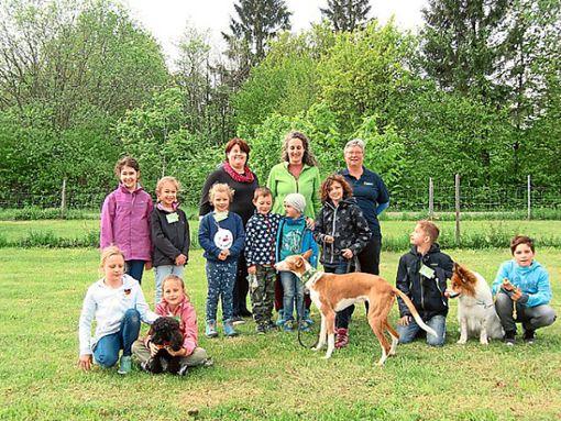Die Schüler der Klasse eins bis vier der Grundschule Lindenhof und ihre Lehrerin Ulrike Bellgardt (hinten links),  erleben ein paar aufregende Stunden beim Verein der Hundefreunde Oberndorf.   Foto: Verein Foto: Schwarzwälder Bote