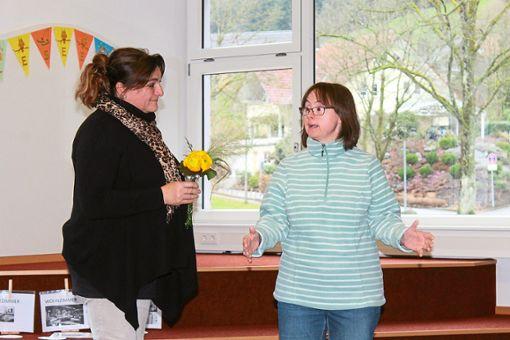 Nicole Lorenz (rechts) bedankte sich am Ende bei Werkstattleiterin Victoria Agüera Oliver de Stahl.   Foto: Störr Foto: Schwarzwälder Bote