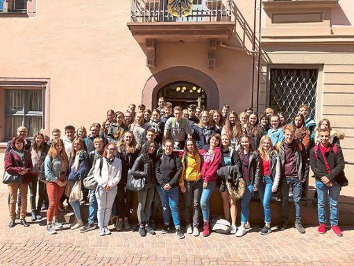 Rottweils Oberbürgermeister Ralf Broß (Zweiter von links) empfängt  Schüler aus Frankreich, die auf Einladung des Droste-Hülshoff-Gymnasiums in Rottweil zu Gast waren.   Foto: Stadt Rottweil Foto: Schwarzwälder Bote
