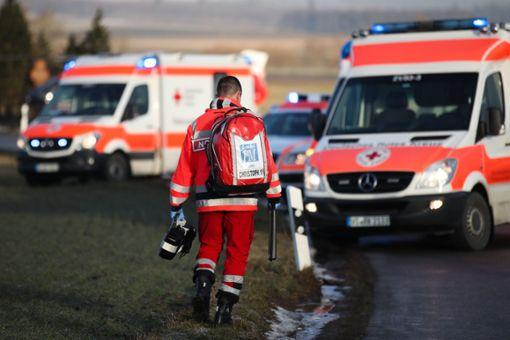Bei einem Frontalzusammenstoß zwischen Altburg und Würzbacher Kreuz sind vier Menschen verletzt worden. (Symbolfoto) Foto: Marc Eich