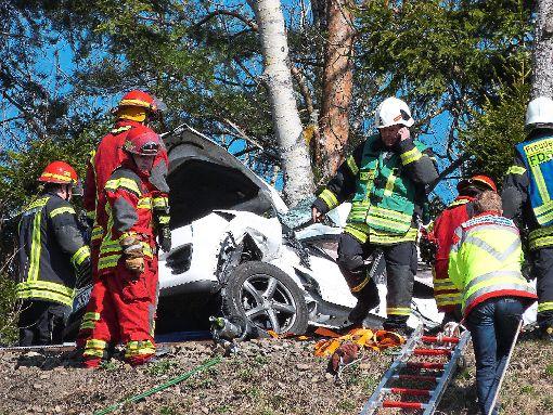 Am Sonntag ist ein Autofahrer bei einem Unfall am unbeschrankten Bahnübergang im strongDornstetter/strong Stadtteil strongAach/strong ums Leben gekommen. Sein Auto wurde von einer Regionalbahn erfasst und mehr als 100 Meter weit vor sich her geschoben. a href=http://www.schwarzwaelder-bote.de/inhalt.dornstetten-toedlicher-unfall-am-bahnuebergang-in-aach.d16c07bb-a5e9-4fd9-b4e0-7f3ed3df5388.htmltarget=_blankstrongZum Artikel/strong/abr Foto: Wiegert