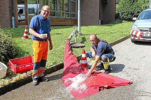 Werner Schanz (links) und Oliver Bäßler entnehmen Wasserproben, um die Qualität zu überprüfen. Foto: Stadt Wildberg