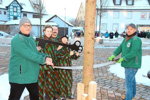 Jürgen Roth (von links), Max Schnekenburger, Marco und Yannick Weisslogel und Sven Ittig fällen den Tuninger Narrenbaum.    Foto: Bieberstein