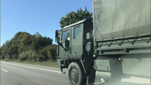 Im ABC-Übungseinsatz fährt eine Kompanie auf der A81, kurz nach der Auffahrt Oberndorf, in Richtung Singen. Foto: Nölke/Schwarzwälder Bote