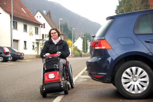 Parken Autos auf dem Gehweg, muss  die MS-kranke Ute Tatzel-Nowel aus Hausen die Straße benutzen.  Foto: Rapthel-Kieser