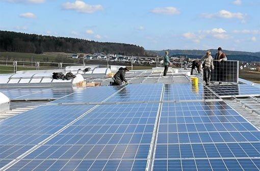 Auf etwa 2000 Quadratmetern erstrecken sich die »Sonnenstrom«-Module auf dem Dach der »Volksbank« Sporthalle. Foto: Scheidel