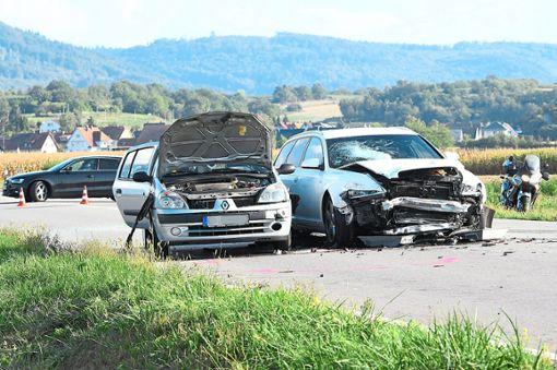 Nahezu ungebremst soll der Fahrer des rechten Wagens bei Niederschopfheim auf das Stauende aufgefahren sein. Vier Menschen wurden schwer verletzt, der Schaden beträgt etwa 35000 Euro.   Foto: Künstle