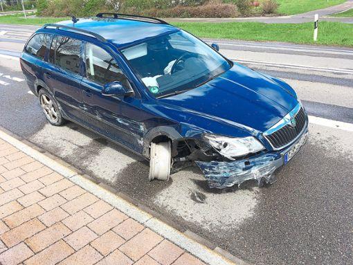 Nach einem Zusammenstoß mit der Leitplanke in der S-Kurve zwischen Sulgen und Aichhalden wendete der Fahrer dieses Autos und kam mit seinem demolierten Auto bis zur Bushaltestelle auf dem Sulgener Lienberg. Dort wurde er von der Polizei angehalten. Foto: Schwarzwälder Bote