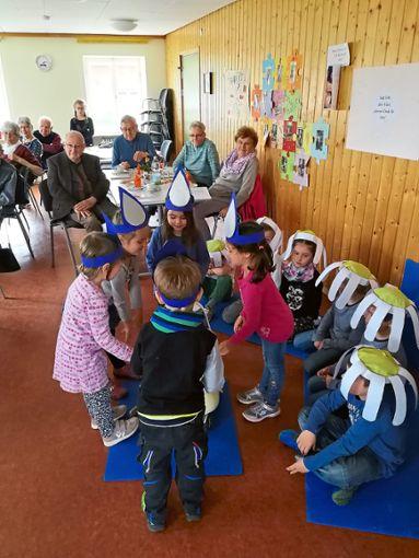 Das Singspiel vom Gänseblümchen Frederike führten Kindergartenkinder beim Seniorenkreis Reutin auf.  Foto: Bronner Foto: Schwarzwälder Bote
