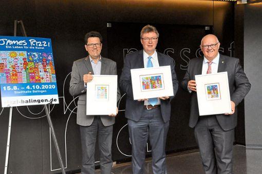 Freuen sich auf die Rizzi-Ausstellung im  Sommer 2020 (von links): Matthias Klein, Bernhard Feil und Helmut Reitemann zeigen die drei Werke des Pop-Art-Künstlers, die auf den Plakaten und Flyern zu sehen sein werden.  Foto: Ungureanu Foto: Schwarzwälder Bote