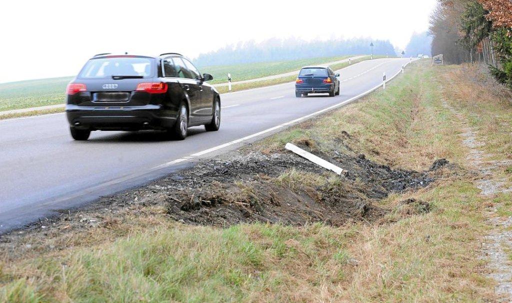 Die Unfallstelle am Sonntag: Nur ein umgeknickter Leitpfosten ...
