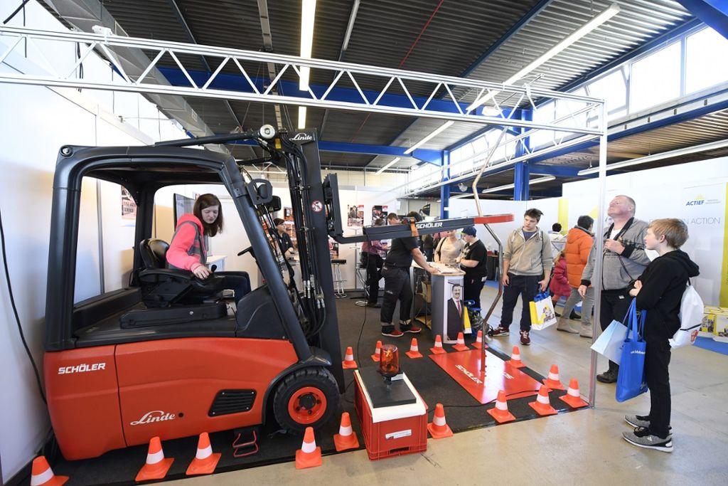 Interaktion ist auf der Jobs for Future ein wichtiger Faktor: Hier können die Besucher Berufe ausprobieren. Foto: SMA Foto: Schwarzwälder Bote