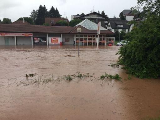 Der Supermarkt Treff 3000 blieb am Tag nach dem Unwetter geschlossen. Foto: Andrea Freudenberg