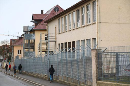 Hinter den Mauern der Asylunterkunft in der Friedhofstraße soll Anfang vergangenen Jahres eine junge Frau vergewaltigt worden sein. Der Fall beschäftigte jetzt das Landgericht Konstanz.  Foto: Simon Foto: (sb)