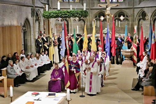 Bei der Amtseinsetzung erhält der neue Pfarrer den Schlüssel zum Heilig-Kreuz-Münster. Foto: Hildebrand