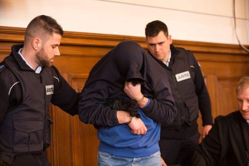 Der Angeklagte Drazen D. wird in den Gerichtssaal geführt. Er hat sein Gesicht verhüllt. Foto: Graner