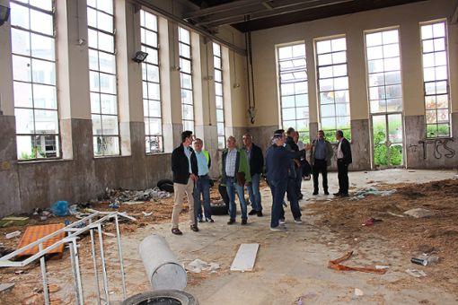 Der Gemeinderat machte sich am Dienstag vor seiner Sitzung ein Bild vom aktuellen Zustand des Maute-Areals. Foto: Frank