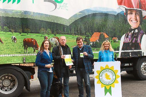 Jennifer de Buhr (von links) und Karl-Heinz Dunker sowie Klaus und Ulla Henne informierten beim Pressegespräch über die Hintergründe der Blumenpatenschaft, die das Sägewerk Streit übernimmt.    Foto: Störr