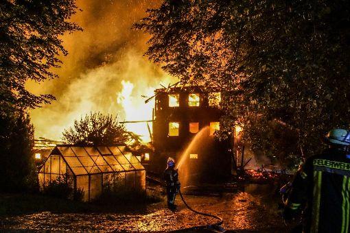 Ein Raub der Flammen wurde ein alter Schwarzwaldhof in der Nähe von Schramberg. Foto: SDMG / Maurer