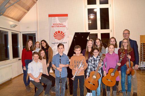 Die erfolgreichen Musiker mit Schulleiter Meinrad Löffler (rechts)  Foto: Anton