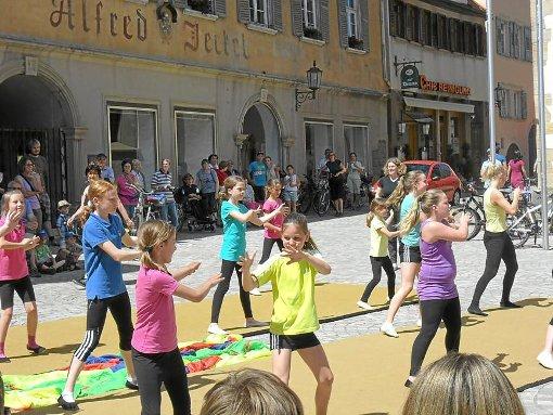 Die Turnerinnen des TV Rottenburg machen vor, was gemeinsames Leben bedeutet. Unter ihnen turnten auch zwei Mädchen mit Down-Syndrom. Foto: Rath
