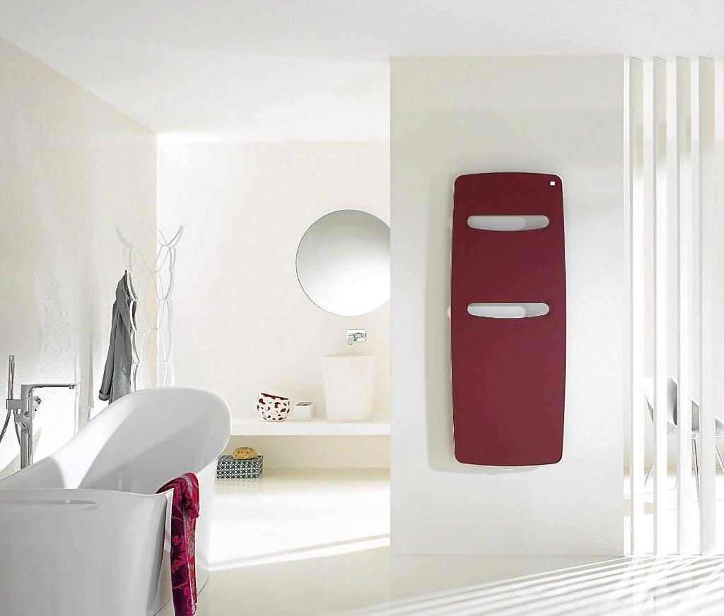 ein heizk rper mit ablage haken und lampe fungiert im flur als garderobe schwarzw lder bote. Black Bedroom Furniture Sets. Home Design Ideas