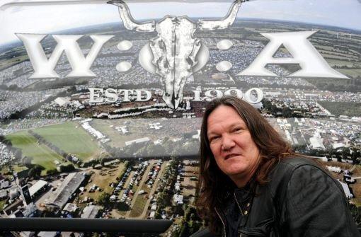 Thomas Jensen, Veranstalter des Wacken Open-Air Festivals (WOA) vor einem Bild des Festivalgeländes.  Foto: dpa