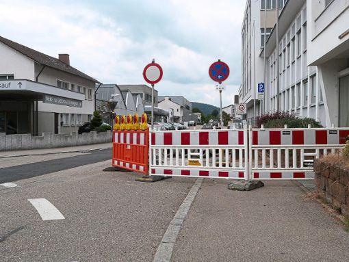 Aufgrund der Arbeiten in der Stadionstraße muss der Anlieferungsverkehr über die hintere Zufahrt der Straße erfolgen. Auf der Bundesstraße heißt es somit: Tempo 50. Foto: Oehler