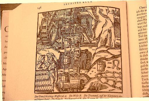 Schon im Mittelalter arbeiteten Bergleute mit ausgeklügelten Systeme,n um Wasser aus den Stollen zu entfernen (hier eine Darstellung aus dem Buch De re metallica libri XII von Georgius Agricola).       Foto: Repro: Reinhard