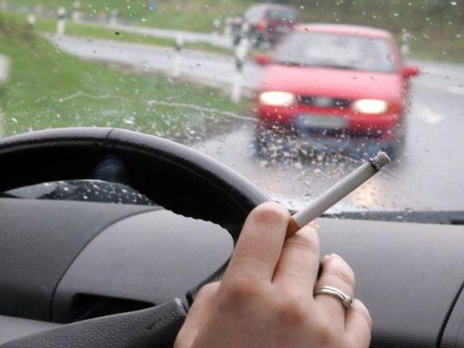 Eine heruntergefallene Zigarette hatte für einen Autofahrer in Straßberg gravierende Folgen. Foto: dpa