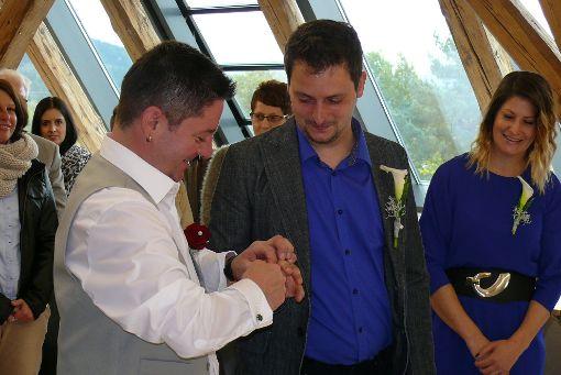 Torsten Broß und Marcel Schätzlein-Broß sind das erste gleichgeschlechtliche Ehepaar im Zollernalbkreis. Foto: Beate Müller