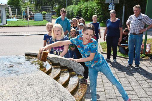 Am Jörgenbrunnen wartet auf die Kinder ein Wasserspiel.  Foto: Baiker Foto: Schwarzwälder Bote