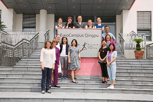 Hanne Nathan (von links) und  Regine Michel (Schulleiterin der Deutschen Schule in Shanghai, vormals Schulleiterin der Annemarie-Lindner-Schule) arbeiten bei der Ausbildung von Erzieherinnen zusammen.  Foto: ALS Foto: Schwarzwälder-Bote