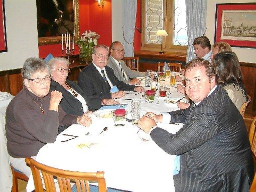 Das Preußeninstitut in gemütlicher Runde: vorn rechts Präsident Harald Seubert, hinten rechts der stellvertrende Vorsitzende Albrecht Jebens und links hinten der Vorsitzende Rolf Sauerzapf.  Foto: Beyer Foto: Schwarzwälder-Bote