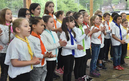 Der Chor der Ganztagsschule der Gutermann-Grundschule sang unter anderem von Freundschaft und kleinen blauen Monstern auf dem Mond.  Foto: Hopp Foto: Schwarzwälder-Bote
