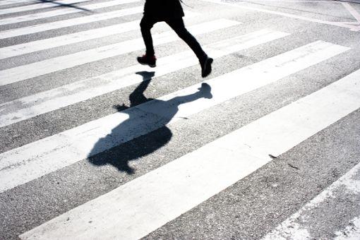 Das Kind ist in Freudenstadt unvermittelt über die Straße gerannt. Ein 18-jähriger Autofahrer konnte nicht mehr rechtzeitig bremsen. (Symbolfoto)  Foto: Alex Linch/ Shutterstock