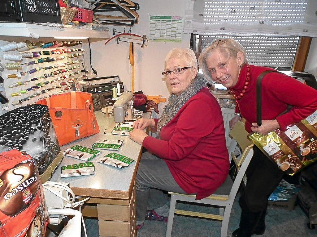 dc92efbd2c98a Christa Bittmann (links) näht aus leeren Kaffeetüten Taschen. Den Erlös  übergab sie jetzt