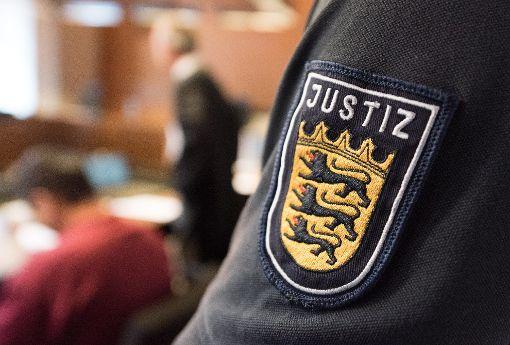 Der Angeklagte Hussein K. sitzt mit Handschellen im Freiburger Landgericht neben seinem Verteidiger Sebastian Glathe. Foto: dpa